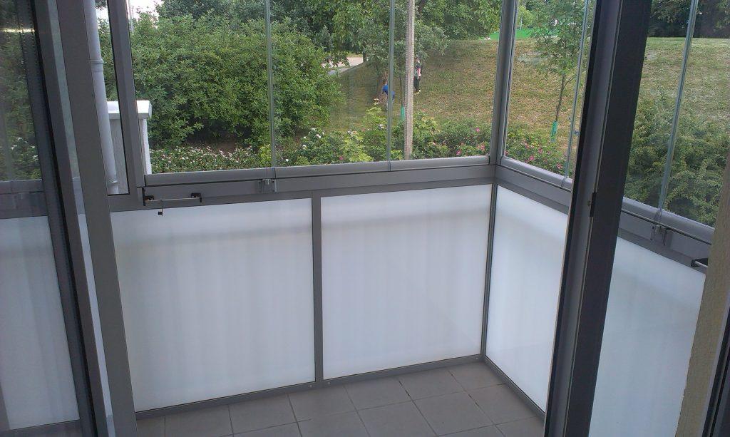 Zabudowa poniżej balustrady szkłem bezpiecznym.