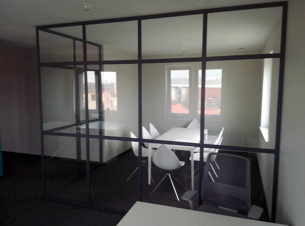 Ścianka industrialna z hartowanego szkła i aluminium.