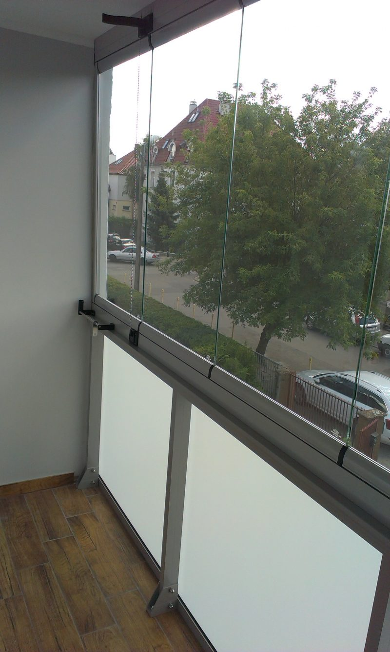 Szklana balustrada poniżej zabudowy bezramowej